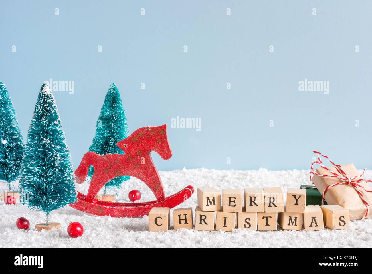 Frohe Weihnachten Pferd.Frohe Weihnachten Inschrift Mit Retro Spielzeug Pferd Und Tannen