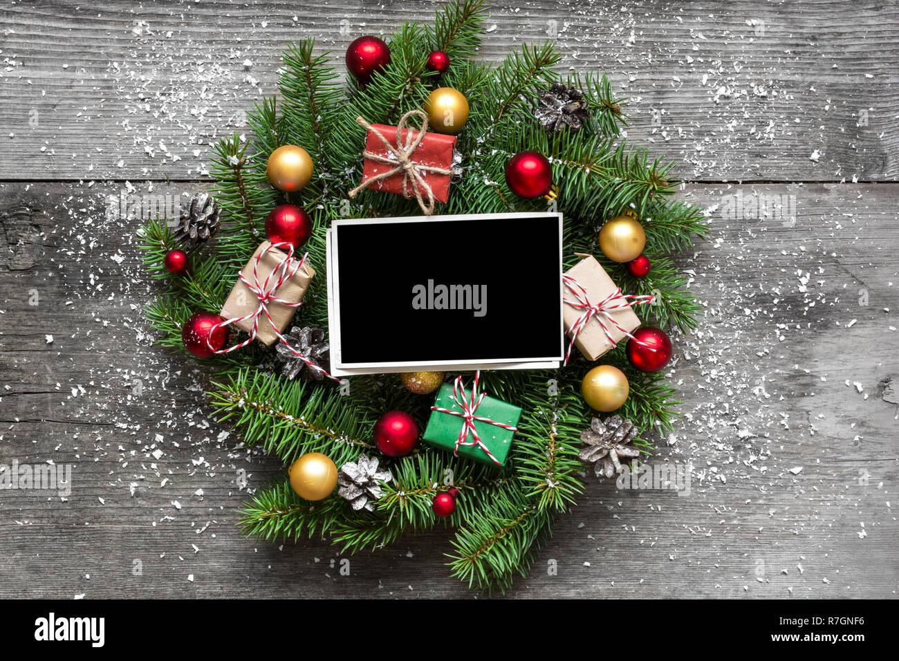 Fotorahmen Weihnachten.Leeren Fotorahmen In Weihnachten Kranz Mit Dekorationen Und