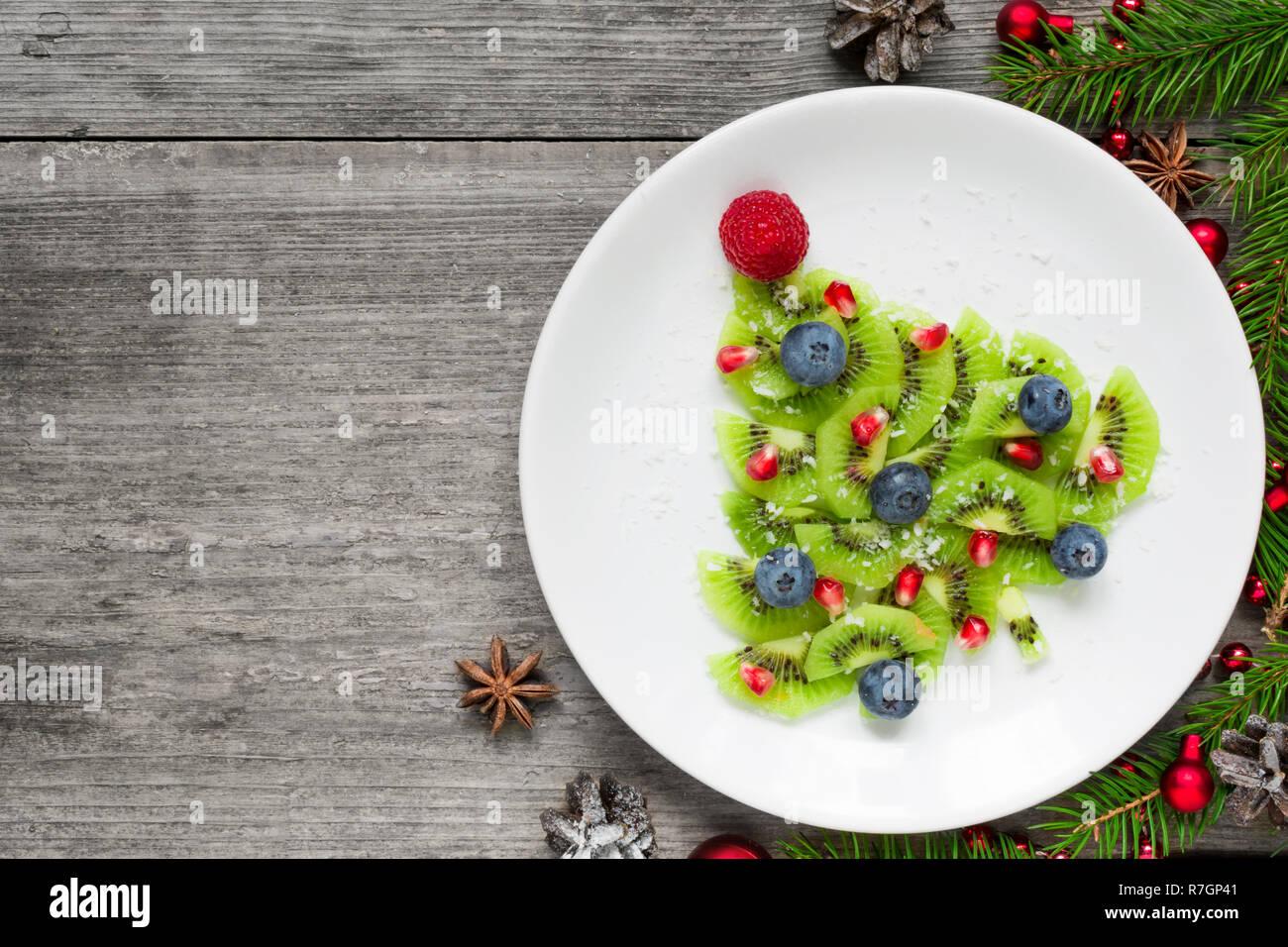 Weihnachtsbaum Samen.Kiwi Weihnachtsbaum Mit Beeren Granatapfel Samen Und Kokosnuss