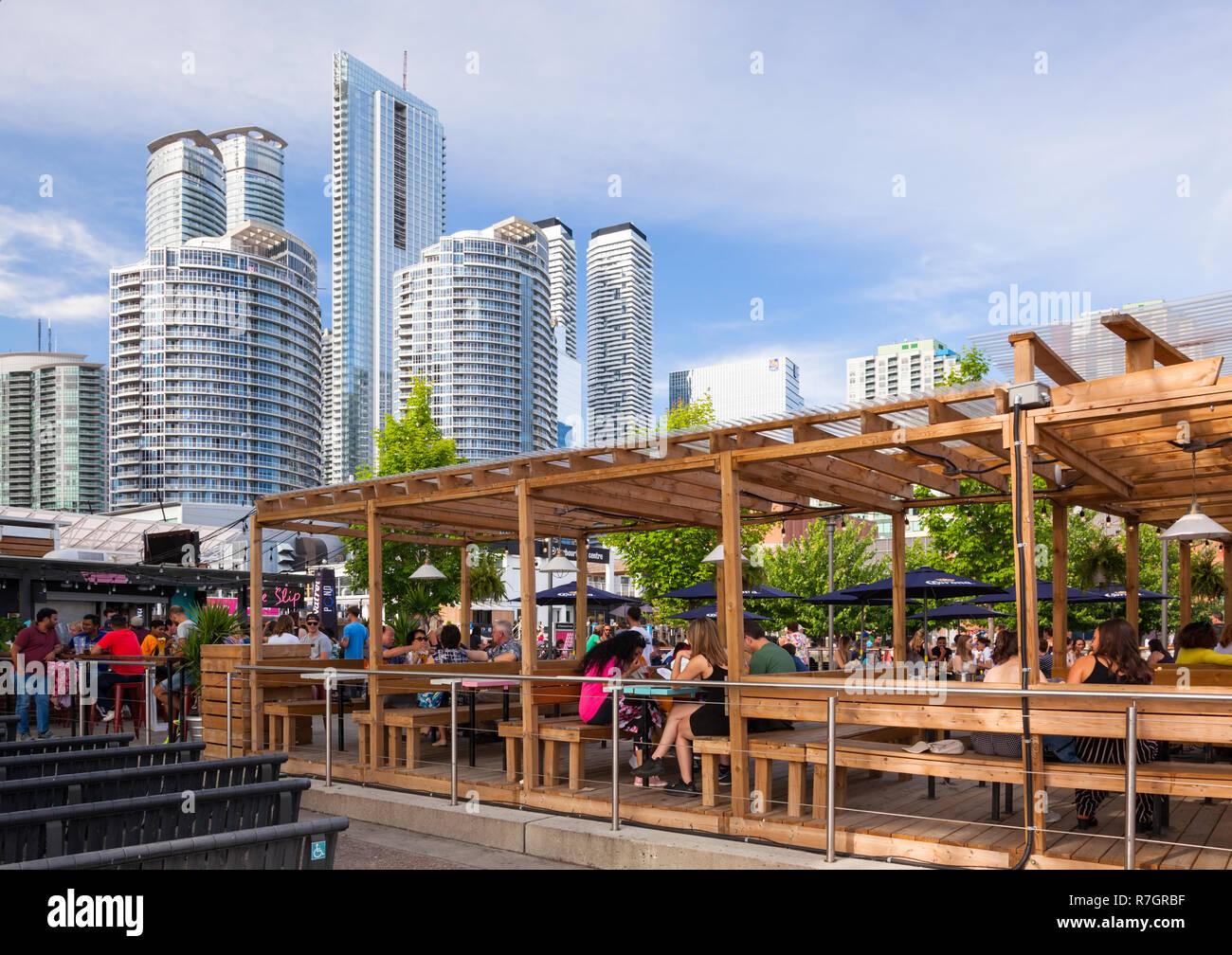 Eine Terrasse für das Restaurant der Schlupf bei Harbourfront Centre genannt. Stadt Toronto, Ontario, Kanada. Stockbild