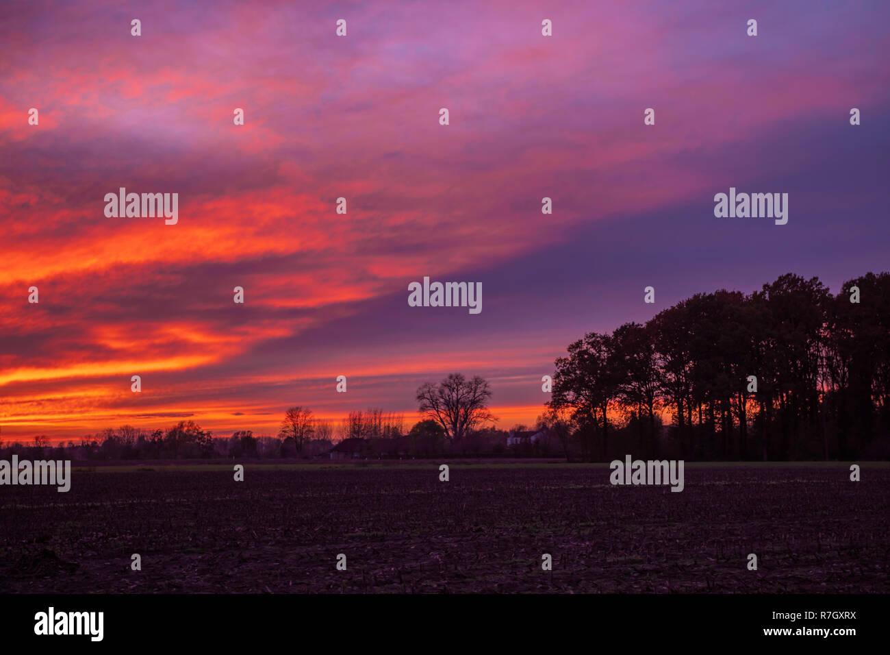 Die goldene Stunde, auch genannt Magic Hour, ist ein Begriff aus der Fotografie, die den kurzen Zeitraum zeigt nach Sonnenaufgang und vor Sonnenuntergang, in denen ich Stockbild