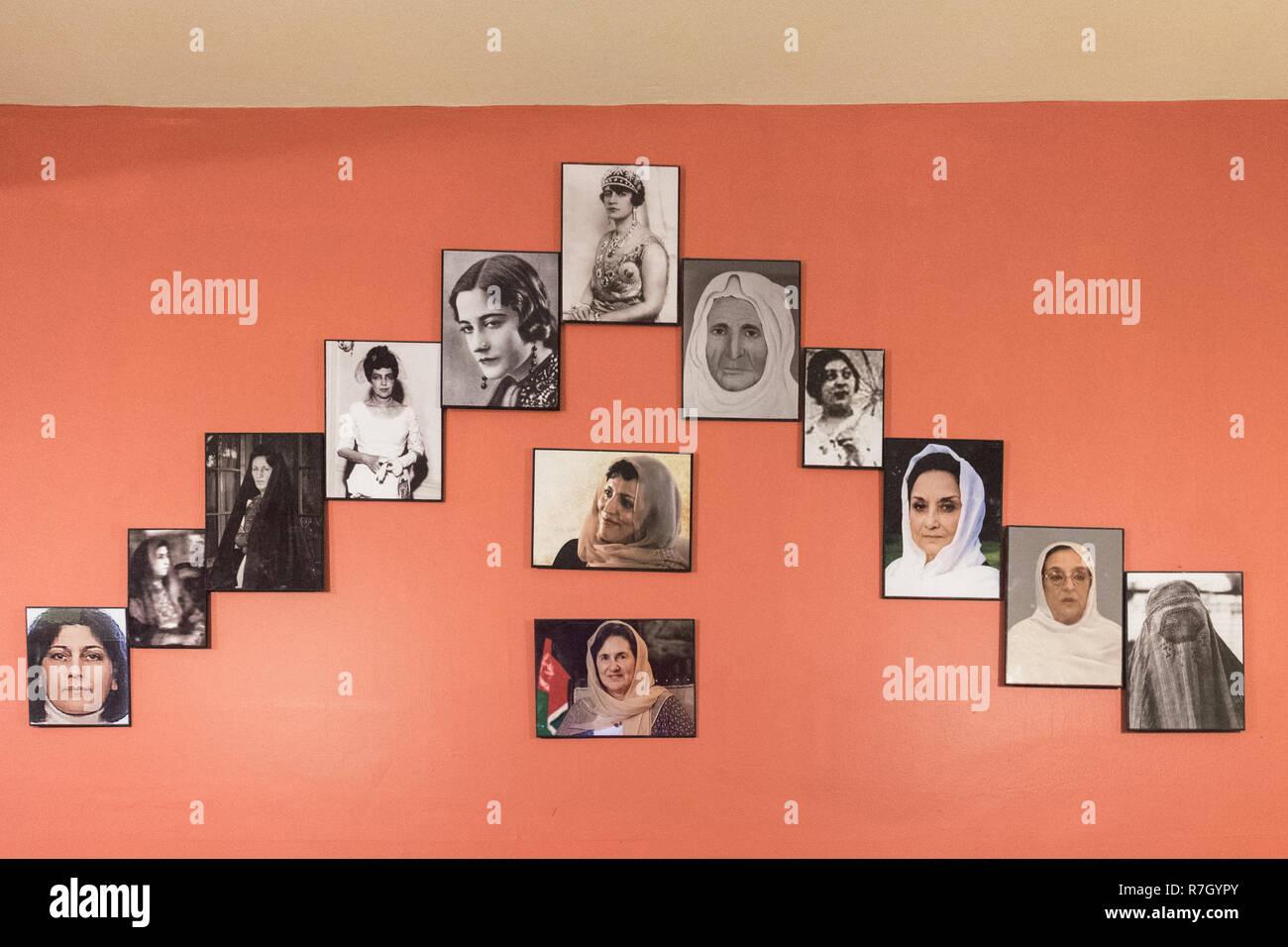 Bilder der Ehefrauen der aufeinanderfolgenden Herrscher Afghanistans in einem Restaurant, Kabul, Afghanistan, Kabul Provinz Stockbild