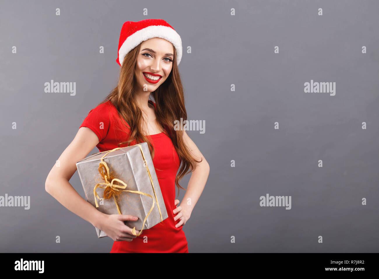 Geschenke Weihnachten Frau.Schöne Weihnachten Frau In Santa Hat Und Red Dress Auf Kamera Und
