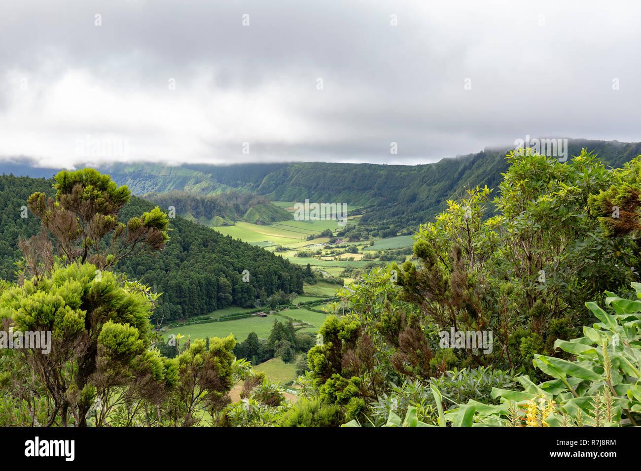Natürliche Sicht der Teil der gewaltigen Sete Sidades Caldera mit dem kleineren Alferes Caldera in der unten links. Stockfoto
