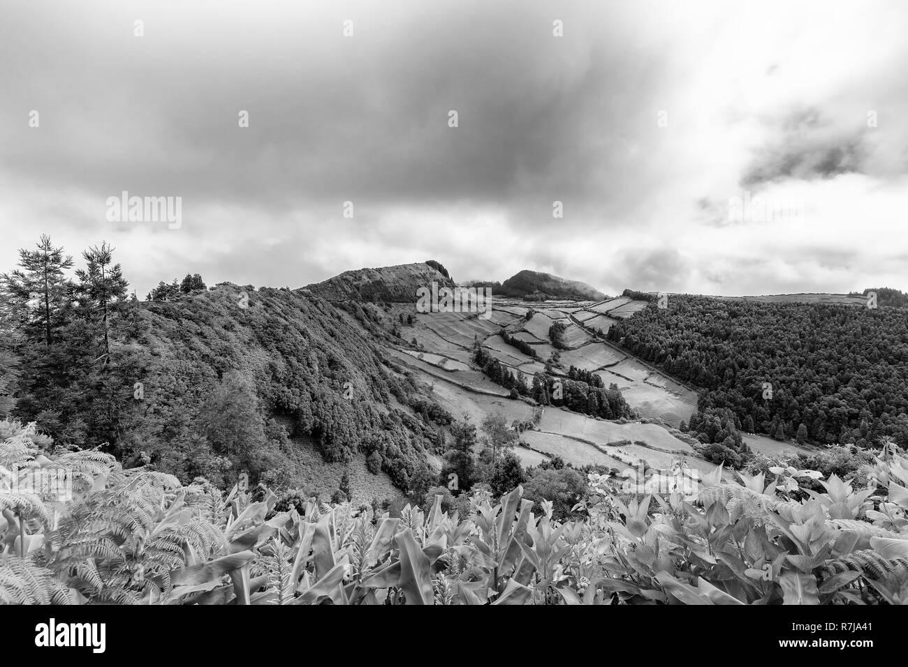 Schöne schwarze und weiße Blick auf die Kante des Sete Cidades Caldera auf Sao Miguel auf den Azoren. Stockfoto