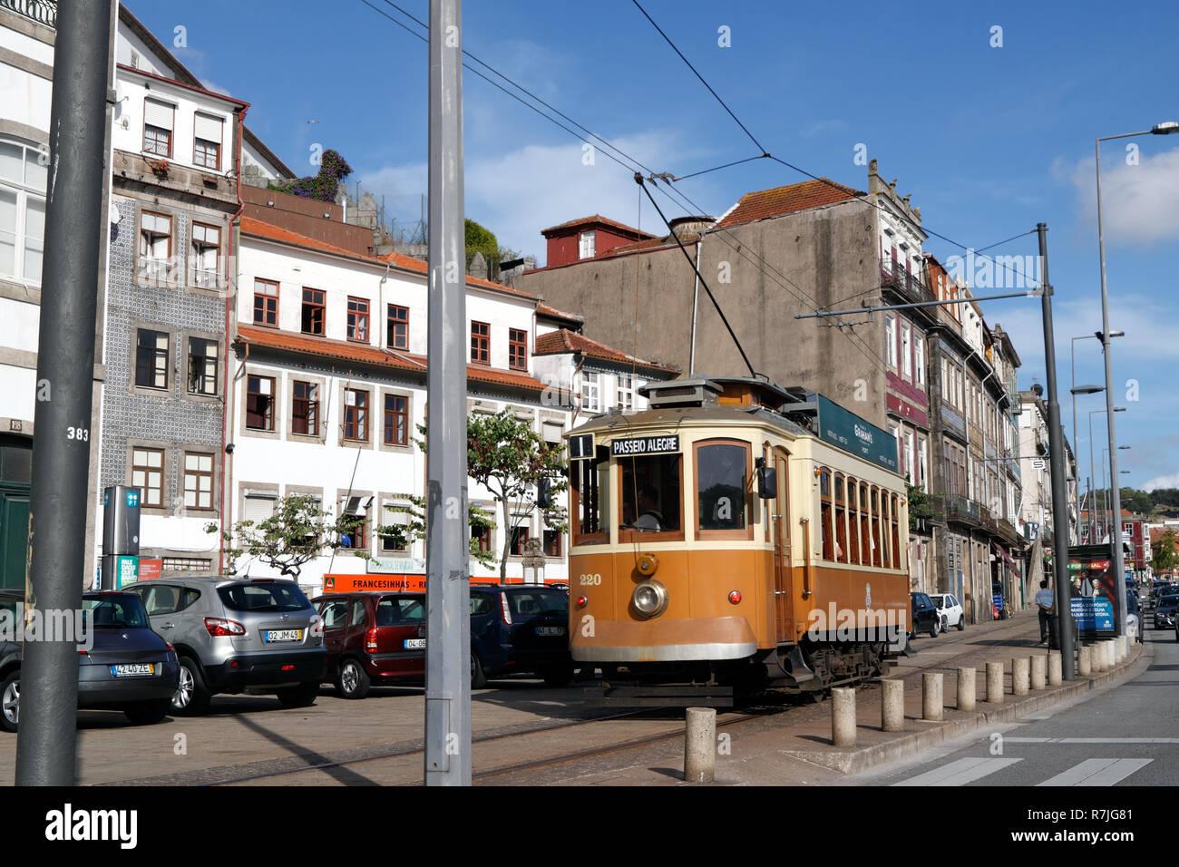 Alte gelbe Porto Straßenbahn in der Mitte der Stadt und Verkehr am 11. August 2012 am Nachmittag Stockbild