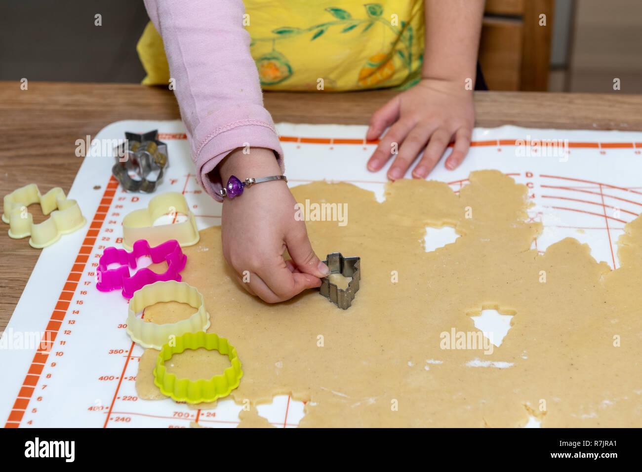 Kinder Kochen Traditionelle Kuchen Fur Weihnachten Stockfoto Bild