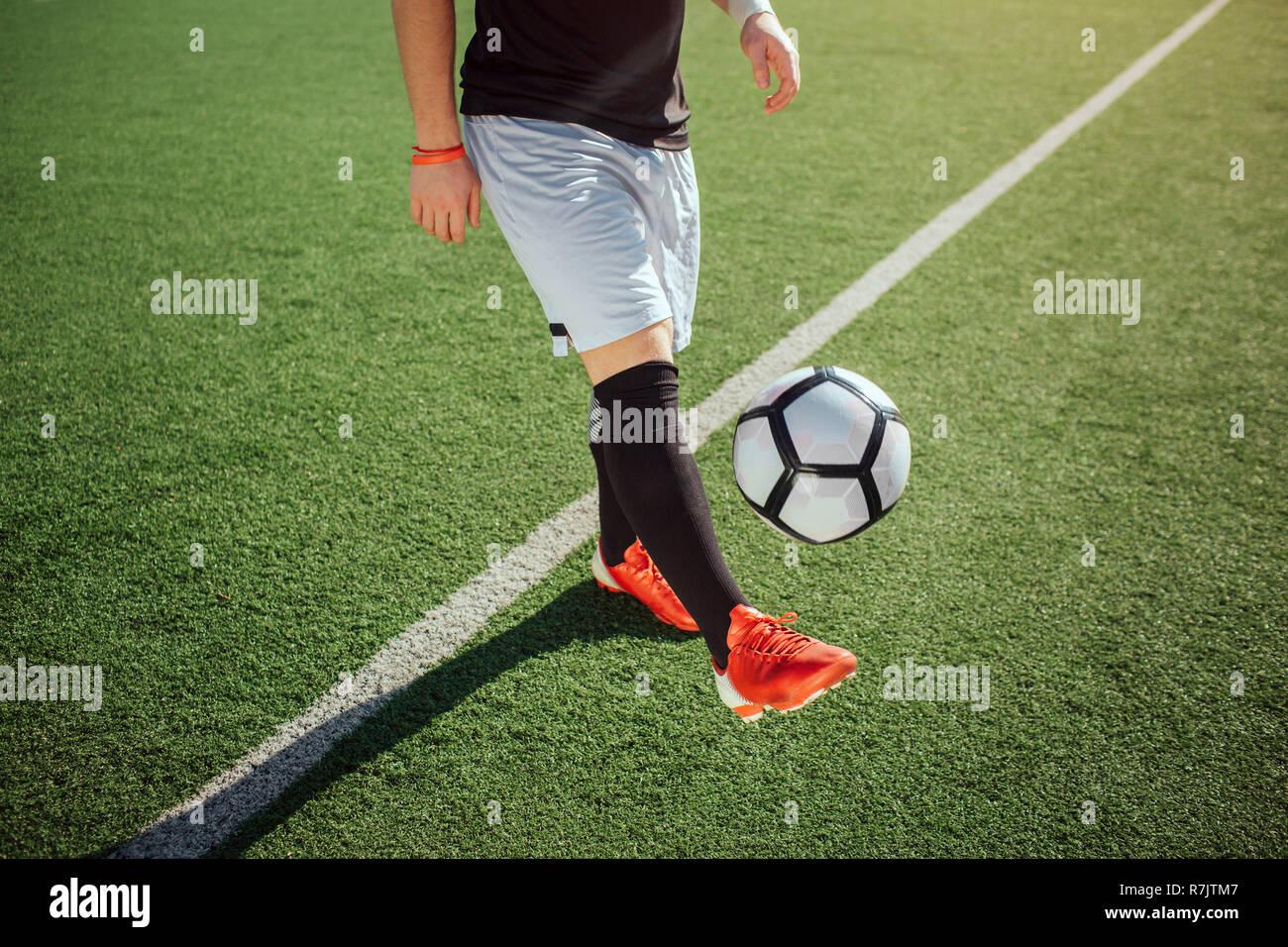 Schnittansicht Des Menschen Spielen Er Tritt Den Ball Mit