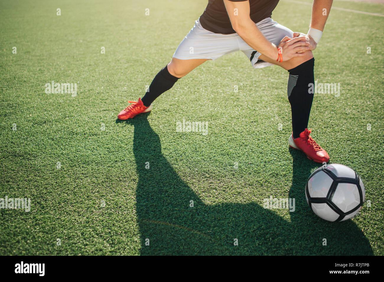 Fussball Spieler Stehen Auf Der Grunen Wiese Und Strecken Die
