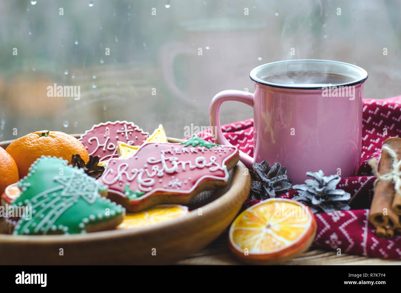 Eine heiße Tasse Tee steht auf einem hölzernen Tisch neben ...