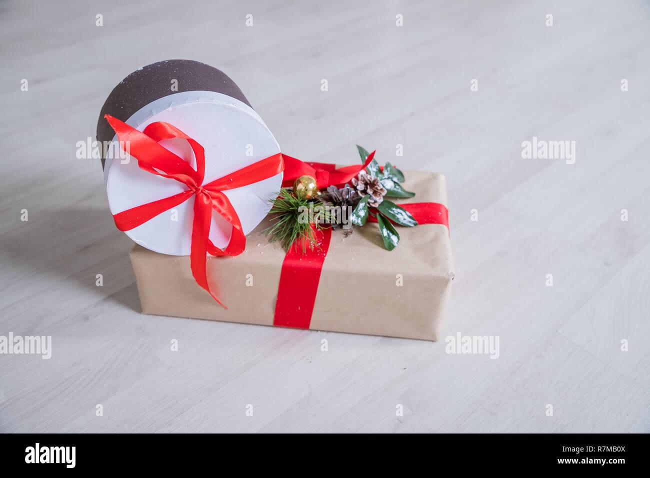 Andere Weihnachtsgeschenke.Weihnachtsgeschenke Und Ornamente Auf Holz Hintergrund Verpackte