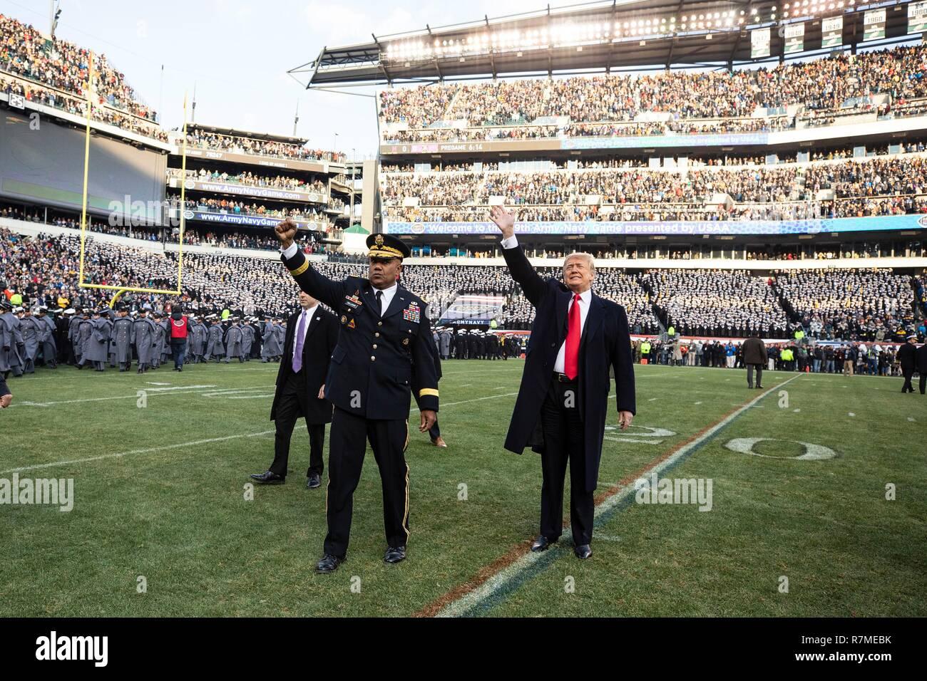 Us-Präsident Donald Trump, rechts, und West Point Betriebsleiter Generalleutnant Darryl Williams wave, die der Gast vor dem Beginn des 119 Army Navy Spiel bei Lincoln Financial Field Dezember 8, 2018 in Philadelphia, Pennsylvania. Stockfoto