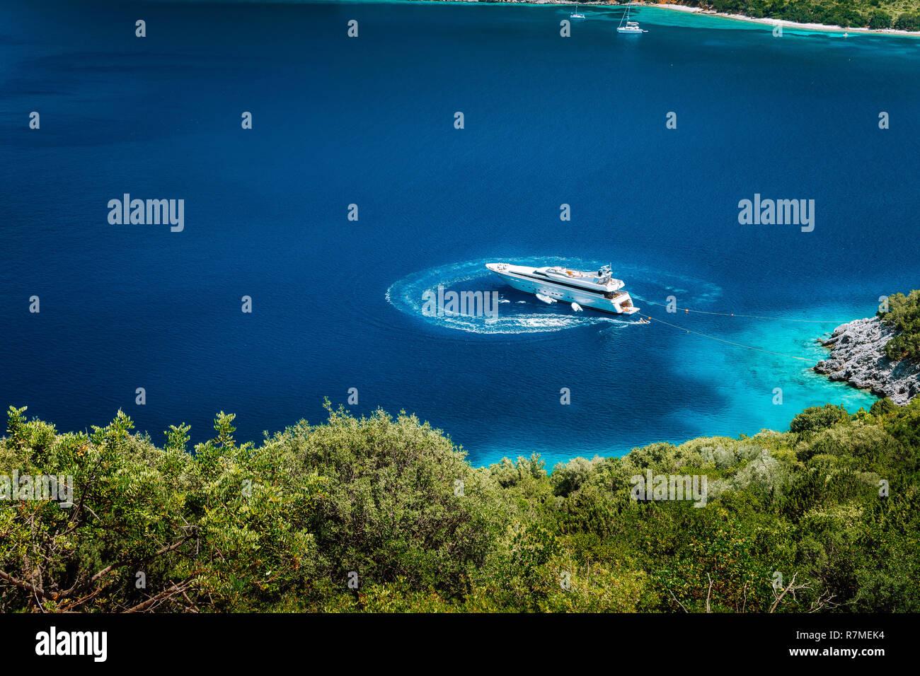 5c413ce5793006 Luxus weißen Yacht segeln Boot ankern in einer ruhigen Bucht im tiefen  blauen Wasser Wasser