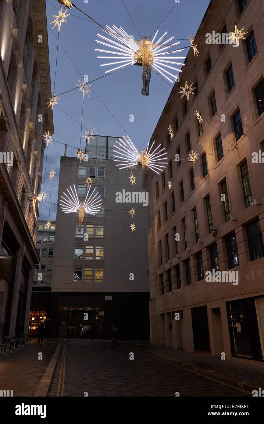 Weihnachtsbeleuchtung Engel.Engel Weihnachtsbeleuchtung Aufhängen über Geschäfte Im Carlton