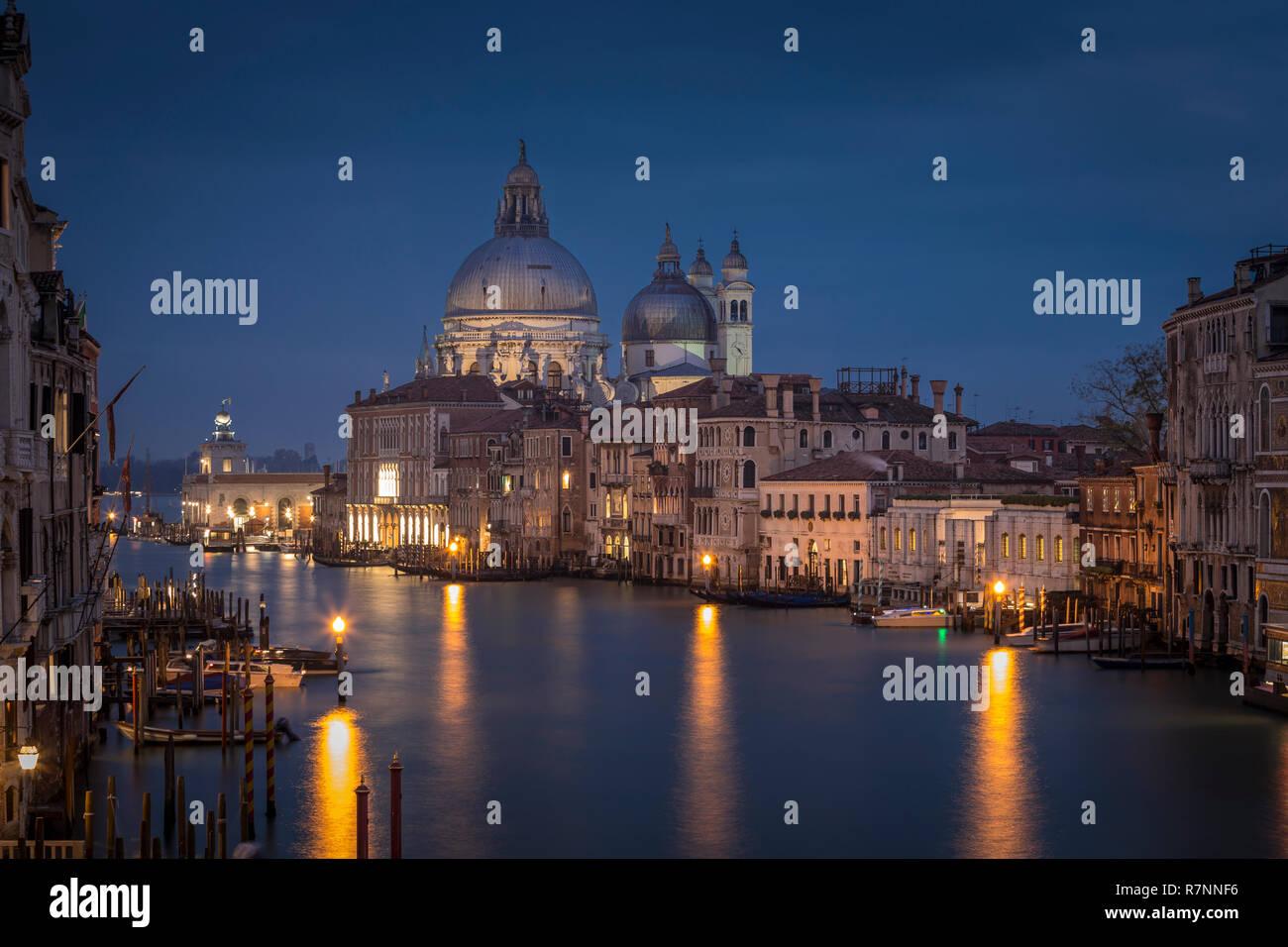 Canal Grande mit Santa Maria della Salute Kirche bei Nacht von Accademia Brücke, Venedig, Italien Stockfoto