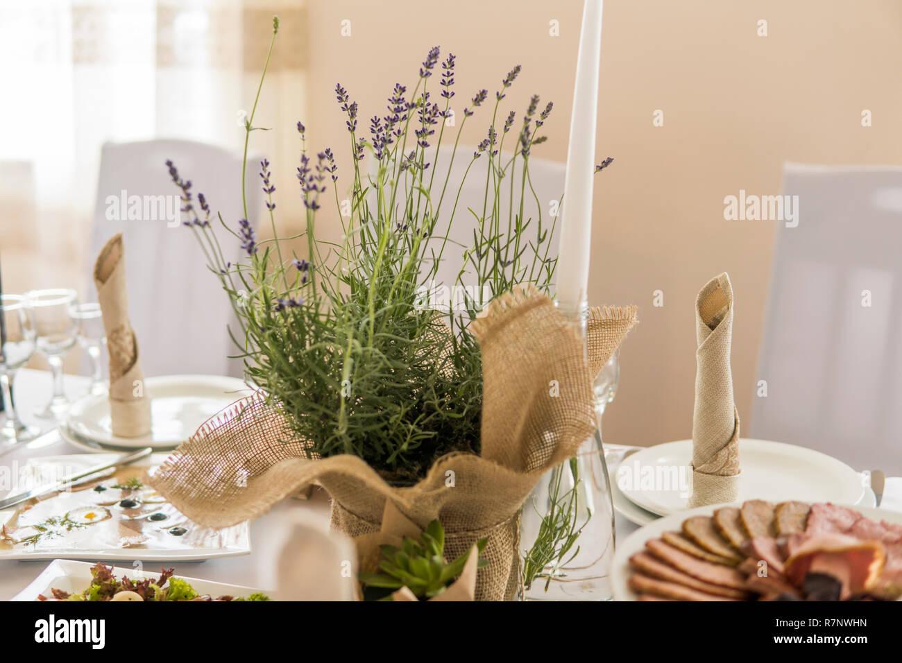 Hölzerne Hochzeit Tischdekoration Mit Blumen Und Kerzen Stockfoto