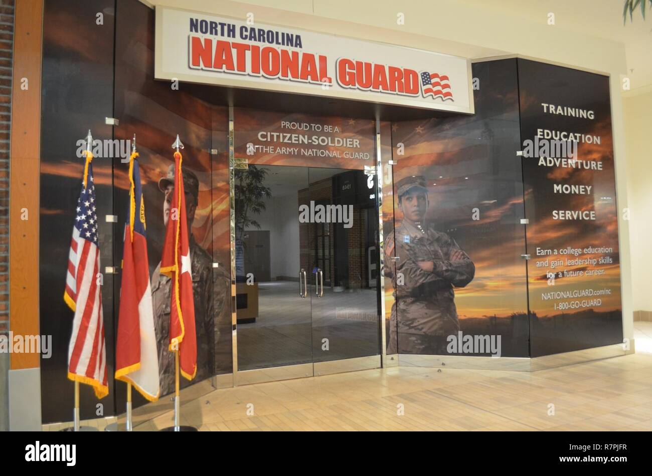 Senior NC-Guard Führer, oben NC-Guard Recruiter, Charlotte Handelskammer Mitglieder und Mall Beamte die Öffnung der NCNG der westlichen Region Recruiting Center (Bild) feierte, an der Northlake Mall am 24. März 2017. Stockfoto