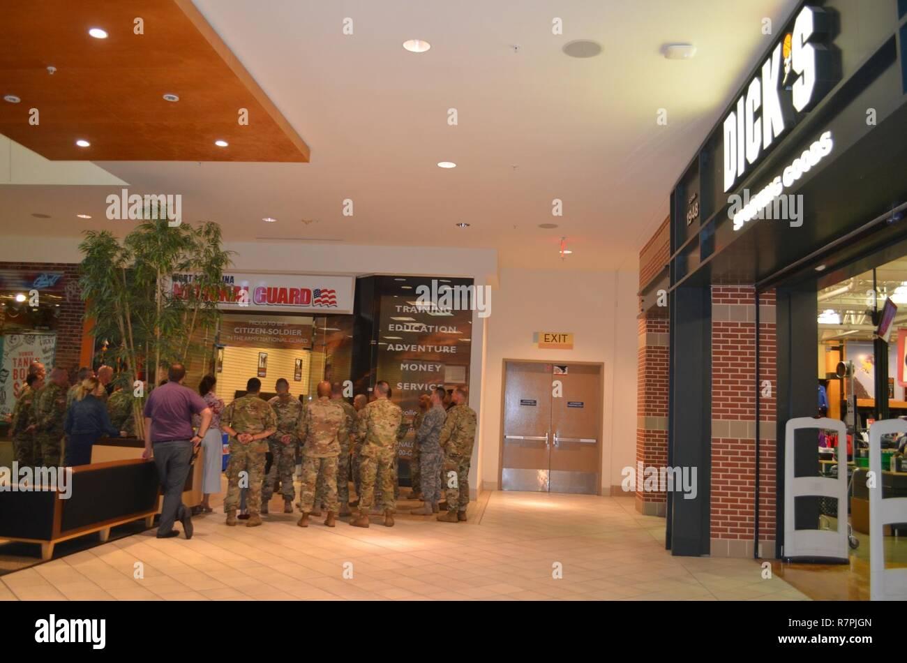 Senior NC-Guard Führer, oben NC-Guard Recruiter, Charlotte Handelskammer Mitglieder und Mall Beamte die Öffnung der NCNG der westlichen Region Recruiting Center feierte, an der Northlake Mall hier, 24. März 2017. Stockfoto