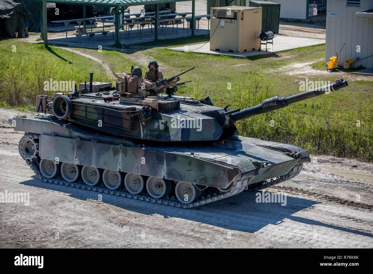 Major General John K. Liebe, Links, spricht mit SSgt William Spannader, rechts, auf einem M1A1 Abrams Panzer in Camp Lejeune, N.C., April 5, 2017. Liebe Zeit für die Interaktion mit den Marines von Bravo Co., 2. Tank Bataillon beim Steuern eines Tanks und seiner verschiedenen Waffensystemen. Liebe ist der kommandierende General des 2nd Marine Division und Sehnen ist ein Tank crewman mit 2. Tank Bn. Stockfoto