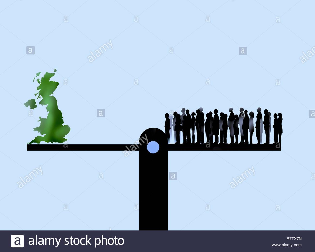 Große Gruppe von Menschen und das Vereinigte Königreich auf gegenüberliegenden Seiten der Wippe Stockbild