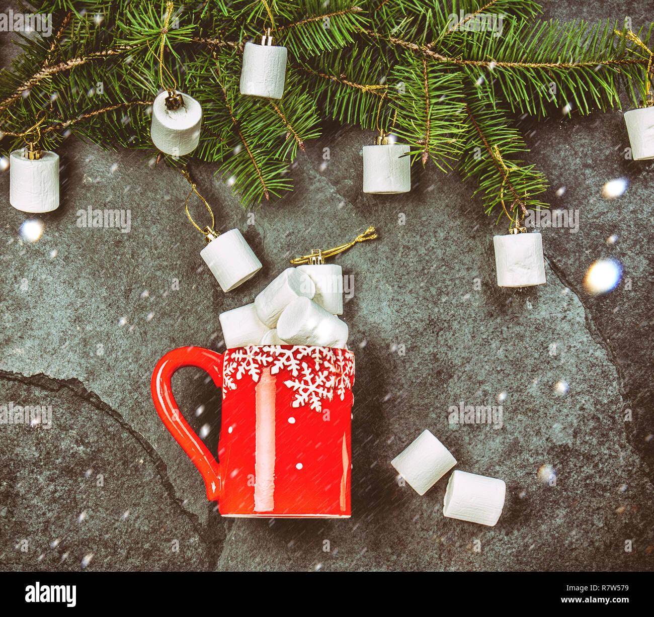 Schwarzer Weihnachtsbaum.Urlaub Weihnachten Winter Konzept Rot Tasse Und