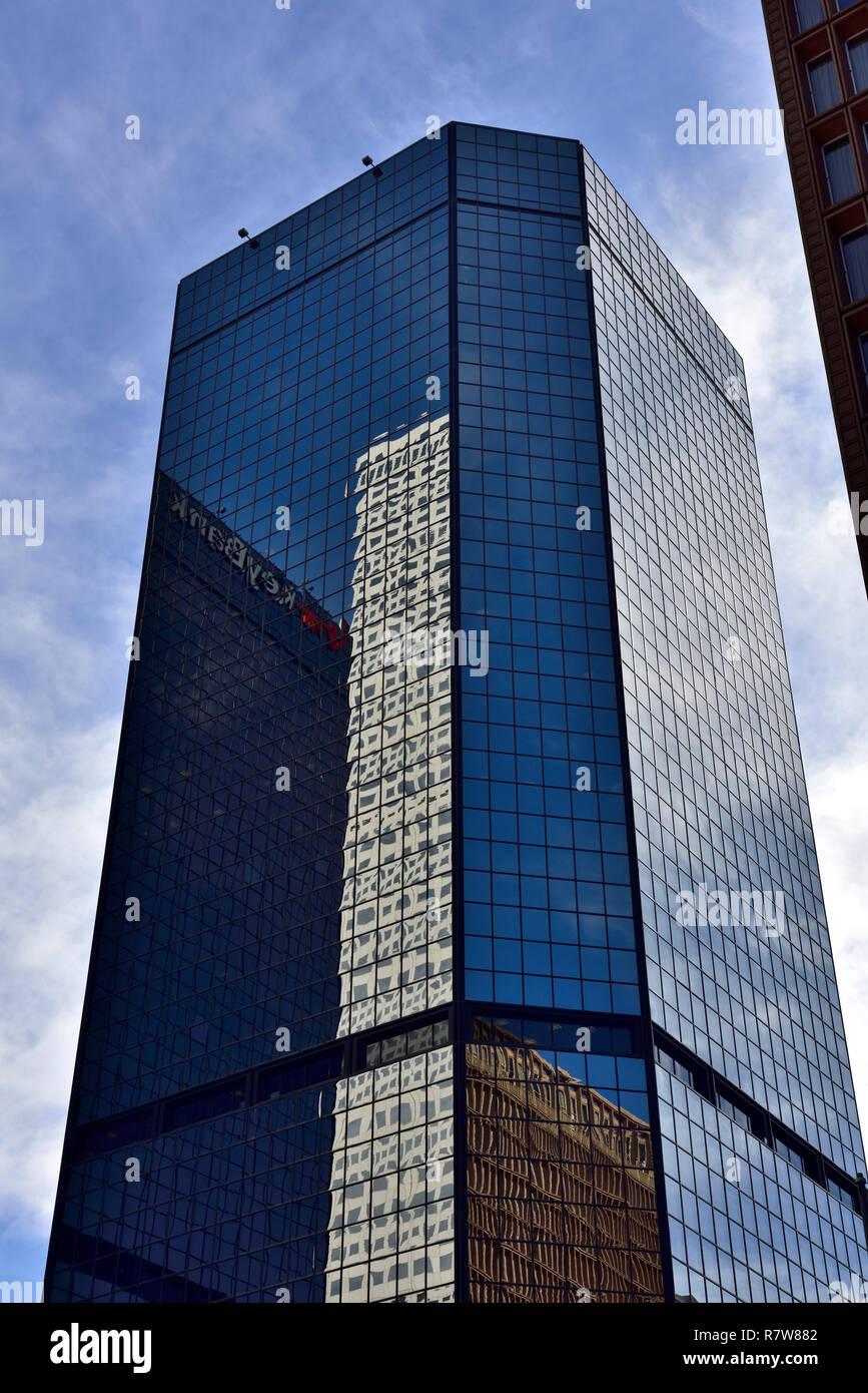Office Tower Block mit Reflexion der angrenzenden Bürogebäude in seinen Fenstern Stockbild