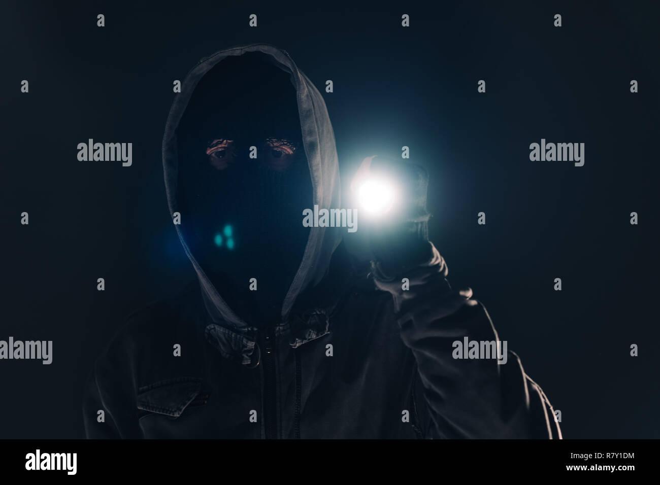 Einbrecher Eindringling mit Taschenlampe Taschenlampe in der Nacht, Low Key selektiven Fokus Stockfoto