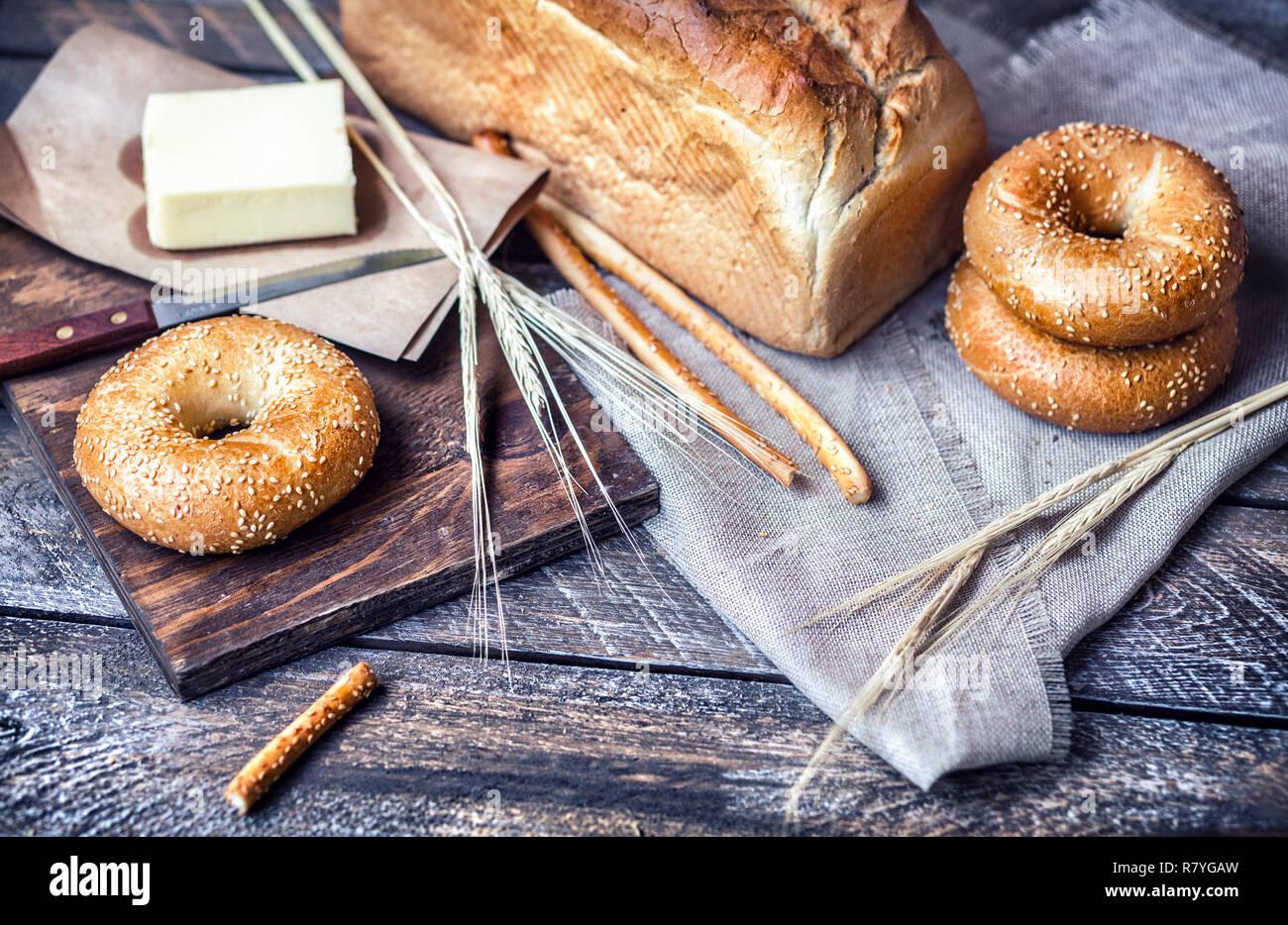 Brot mit Butter auf hölzernen Tisch Stockfoto