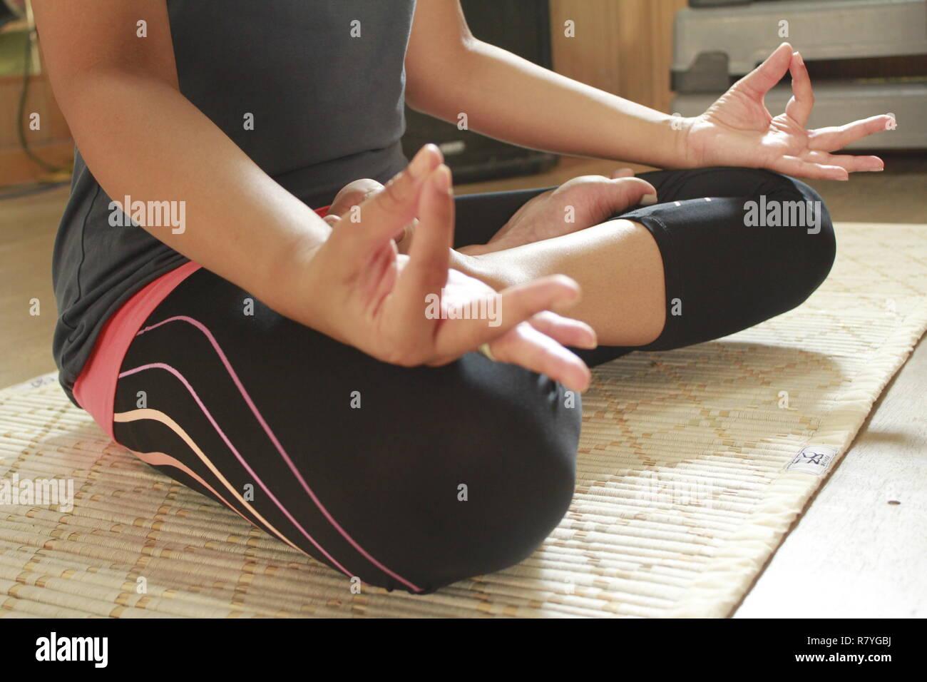 Tätowierte junge indische Frau, meditieren Stockfoto