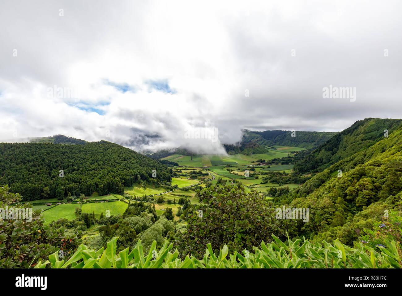 Fantastische Aussicht vom Rand der Caldera in Sete Cidades Sao Miguel auf den Azoren. Stockfoto