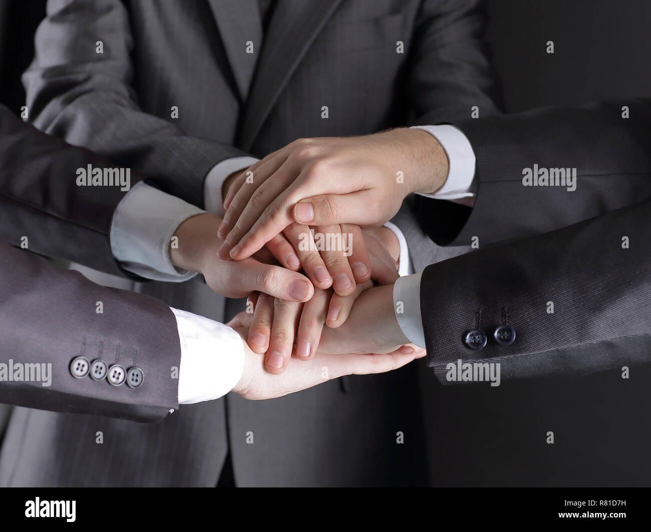 Gruppe von Geschäftsleuten faltete ihre Hände zusammen Stockbild