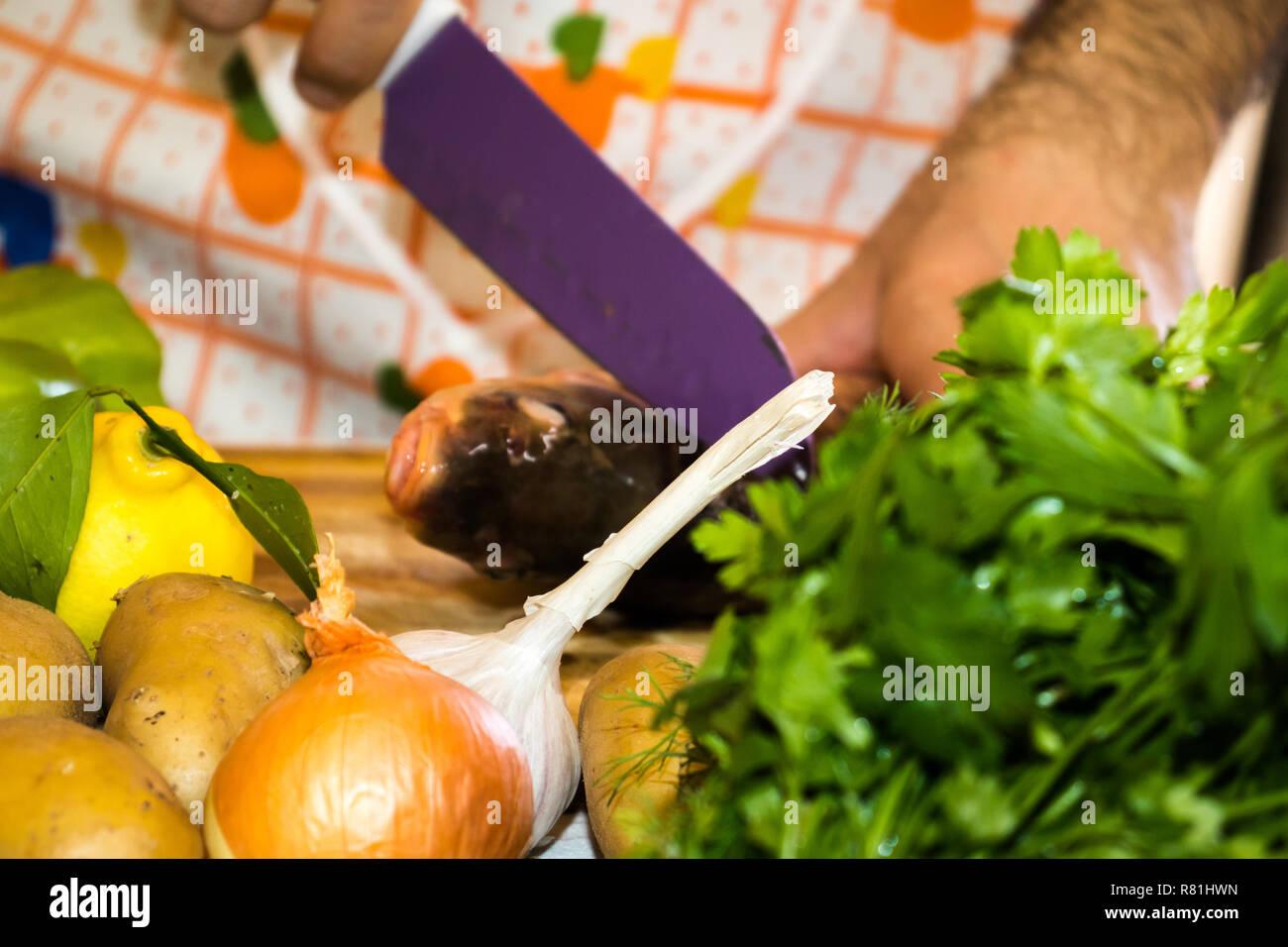 Ein Mann Kochen Abendessen Frisches Gemuse Und Fisch In Der Kuche