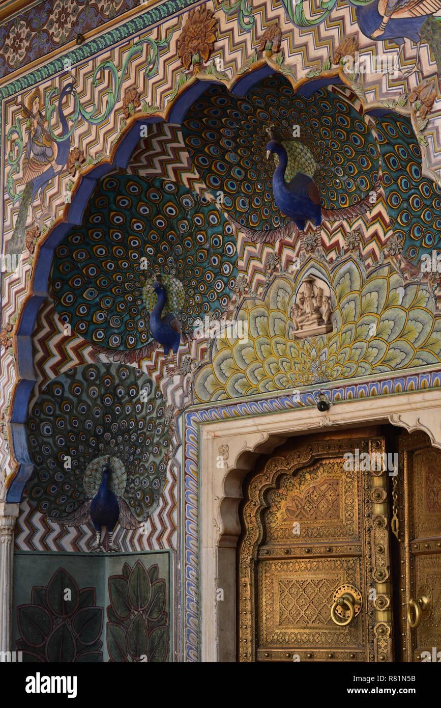 In der Nähe des farbenfrohen Pfau Tor in Pritam Chowk, City Palace Museum, Jaipur, Rajasthan, Indien, Asien. Stockbild