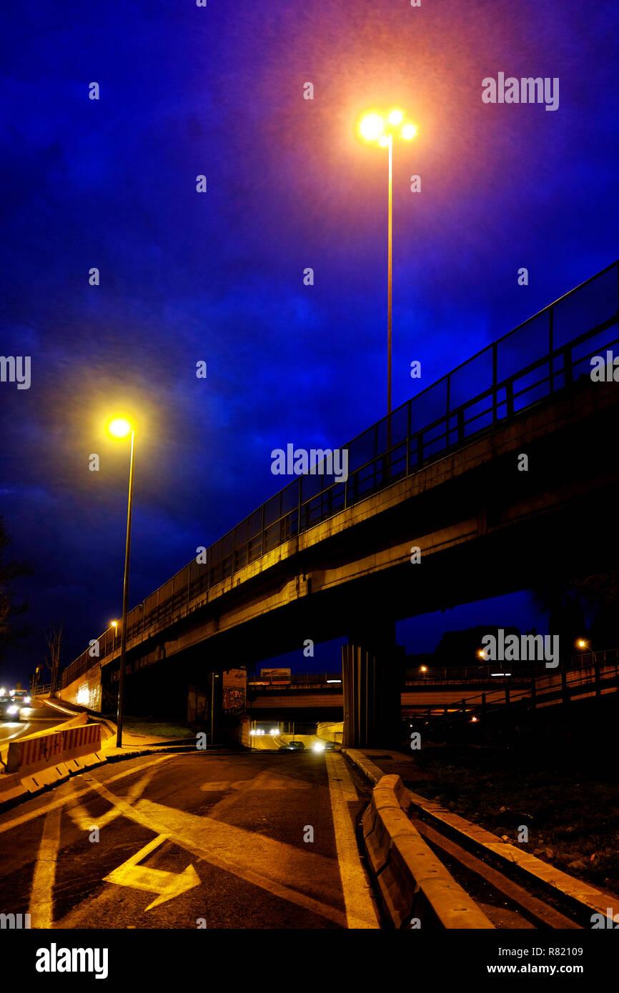 Kontrollierter Zugang Autobahn bei Nacht Stockfoto