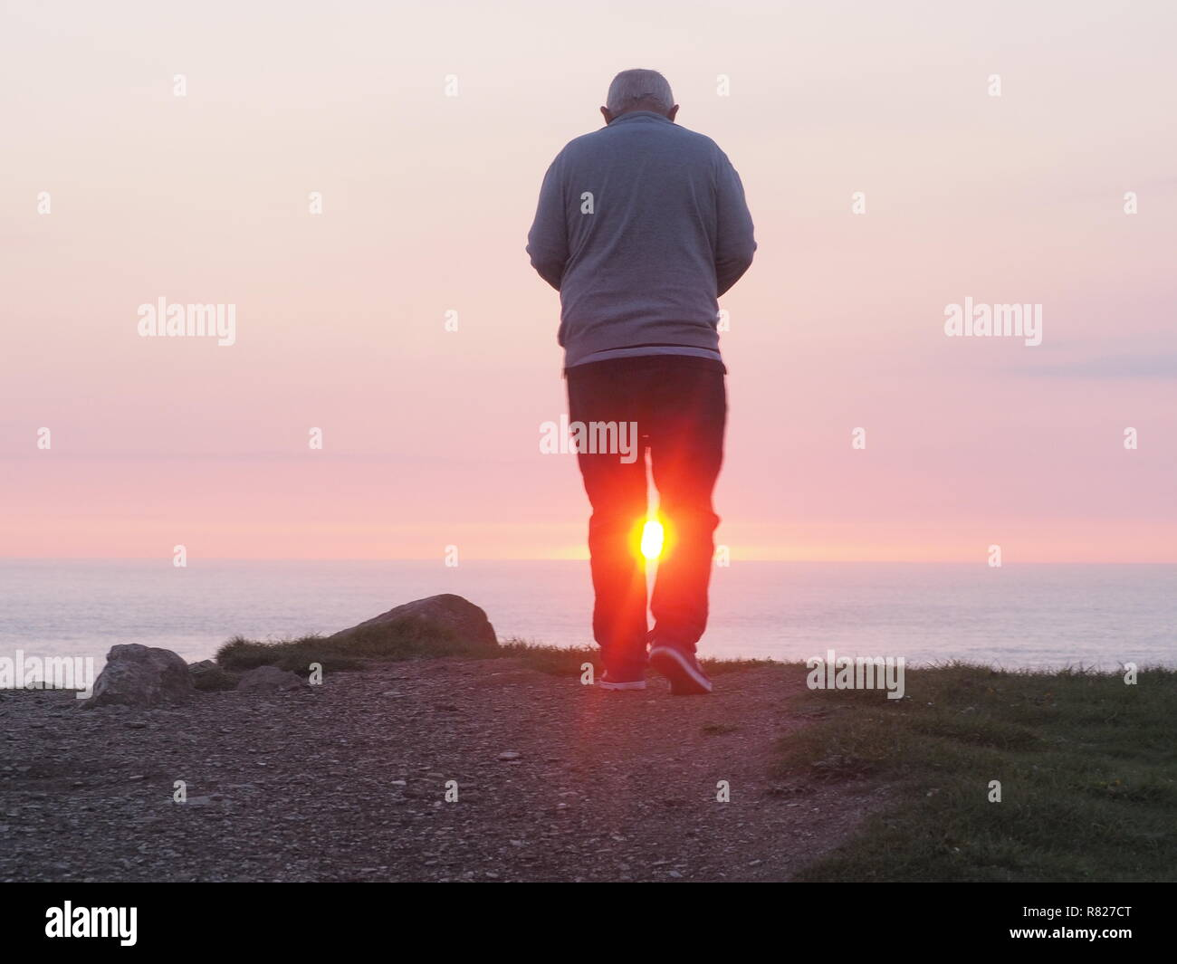 Ältere Menschen durch den Sonnenuntergang Rückansicht gerahmt Stockbild