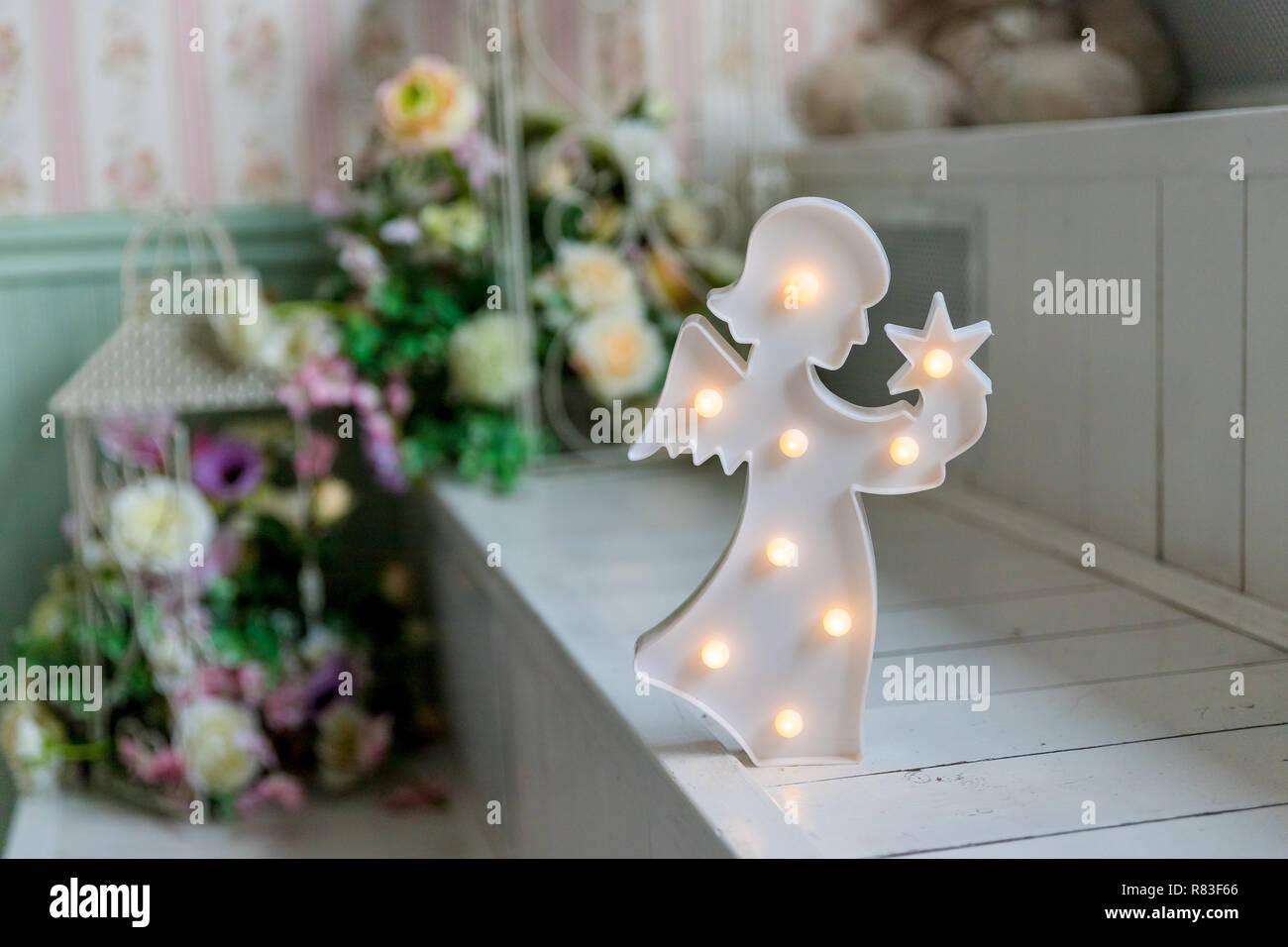 Weihnachtsdekoration. Abbildung eines kleinen Engel mit ...