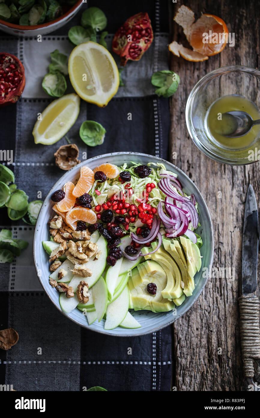 Rosenkohl, Avocado und grüner Apfel Salat mit Granatapfel Samen und Preiselbeeren Stockbild