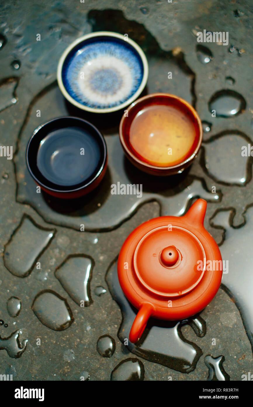 Die Zubereitung von Kaffee in der chinesischen Weise (Gon fu) mit tontopf auf der Oberfläche durch Regentropfen fallen Stockfoto