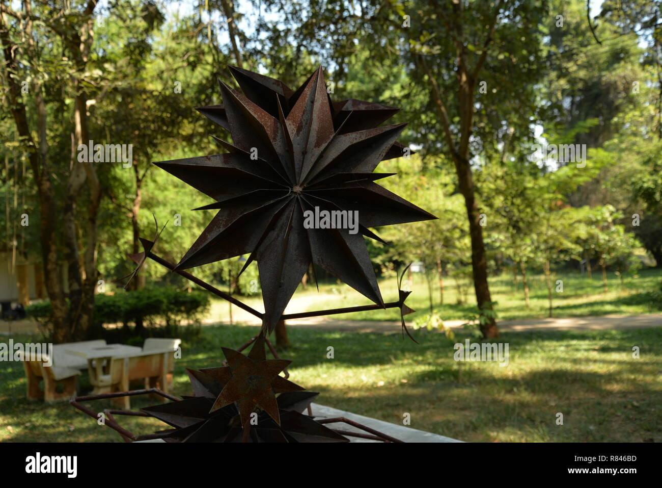 Rostiges Metall Blume Skulptur, pasakdek Stockbild
