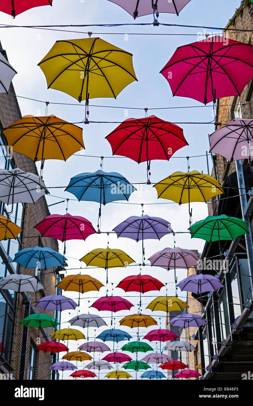 Irland, Dublin, große Gruppe von Sonnenschirmen über eine Straße hängen als Kunst installation Stockbild