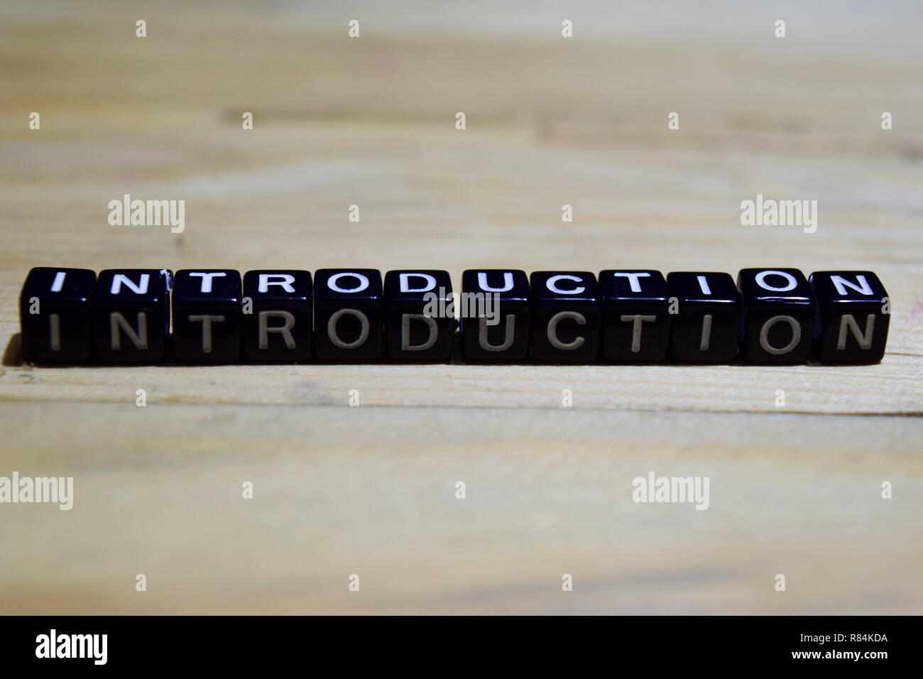 Einführung Nachricht auf hölzernen Blöcke geschrieben. Bildung und Motivation Konzepte. Kreuz verarbeitete Bild auf hölzernen Hintergrund Stockbild