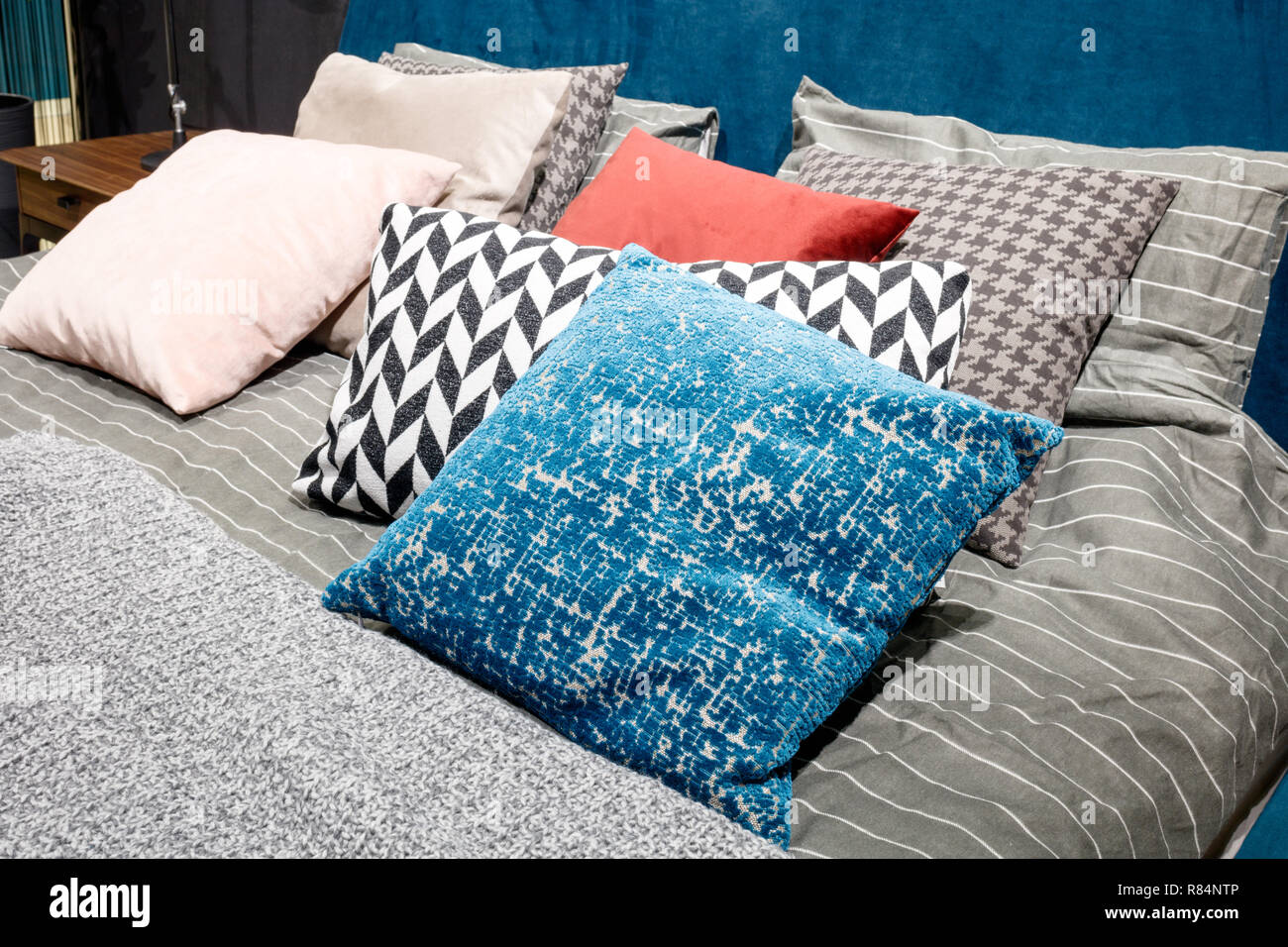 Luxus modernes Schlafzimmer in Grau, Rosa- und Blautönen, aus einem ...
