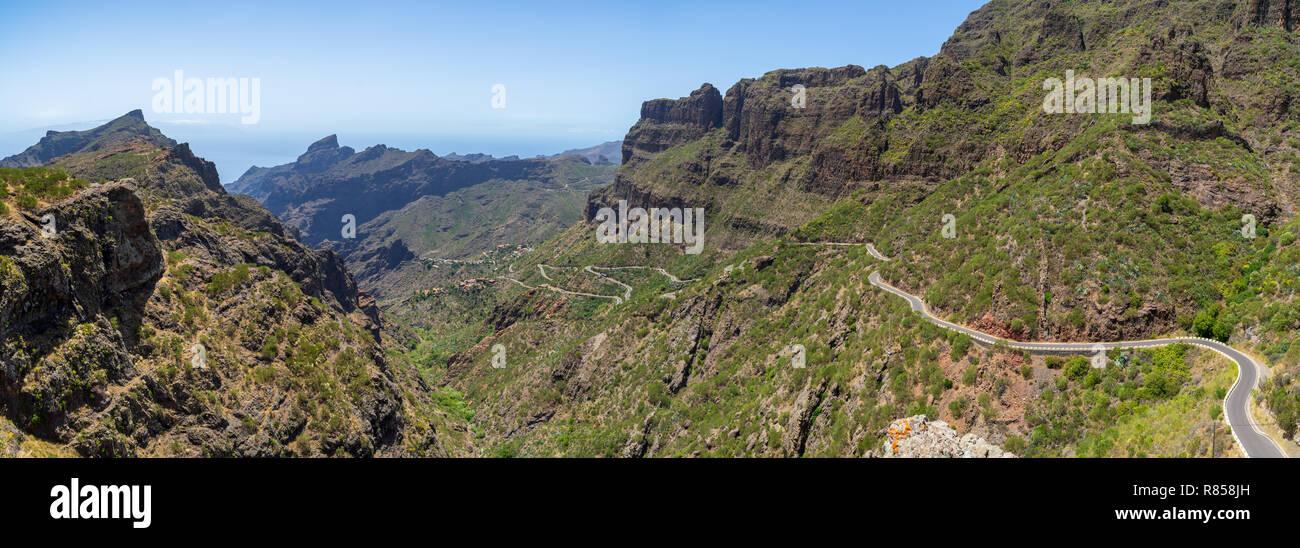 Panoramablick auf den Berg Macizo de Teno Gebirge, Masca Schlucht und Berg Straße zum Dorf Maska. Teneriffa. Kanarischen Inseln. Spanien. Blick von der Stockbild