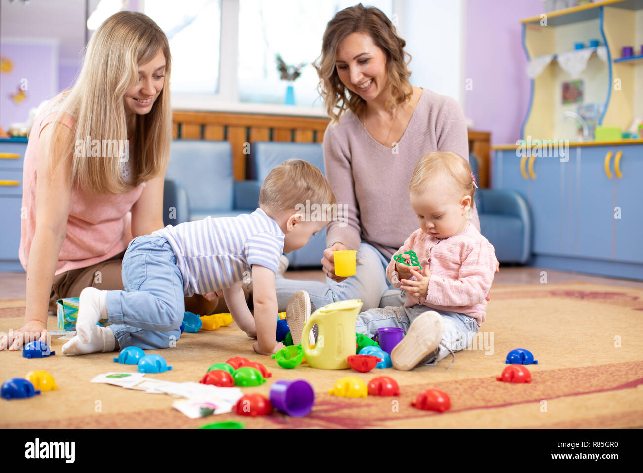 Fußboden Im Kinderzimmer ~ Babys kleinkinder kriechen und spaß auf fußboden im kinderzimmer