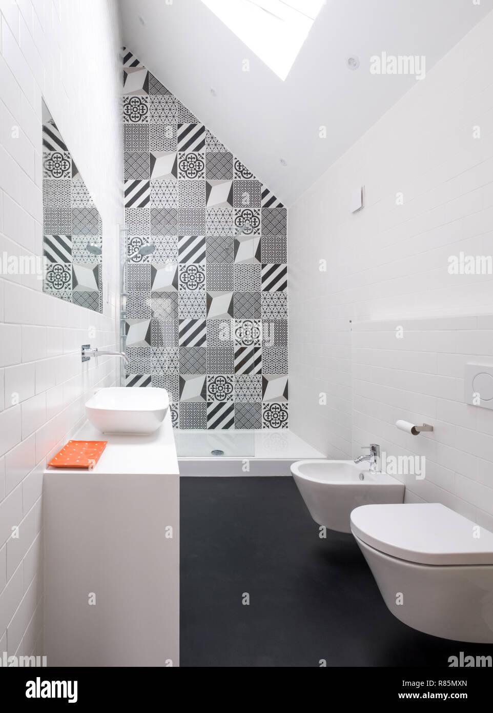 Moderne loft Badezimmer mit hoher Decke, begehbarer Dusche ...