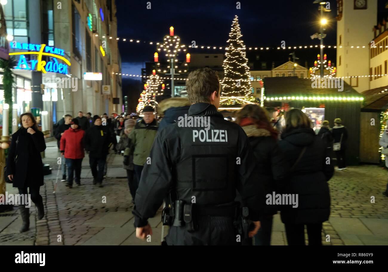 Weihnachtsmarkt Noch Geöffnet.13 Dezember 2018 Sachsen Chemnitz Ein Polizist Spaziergänge über