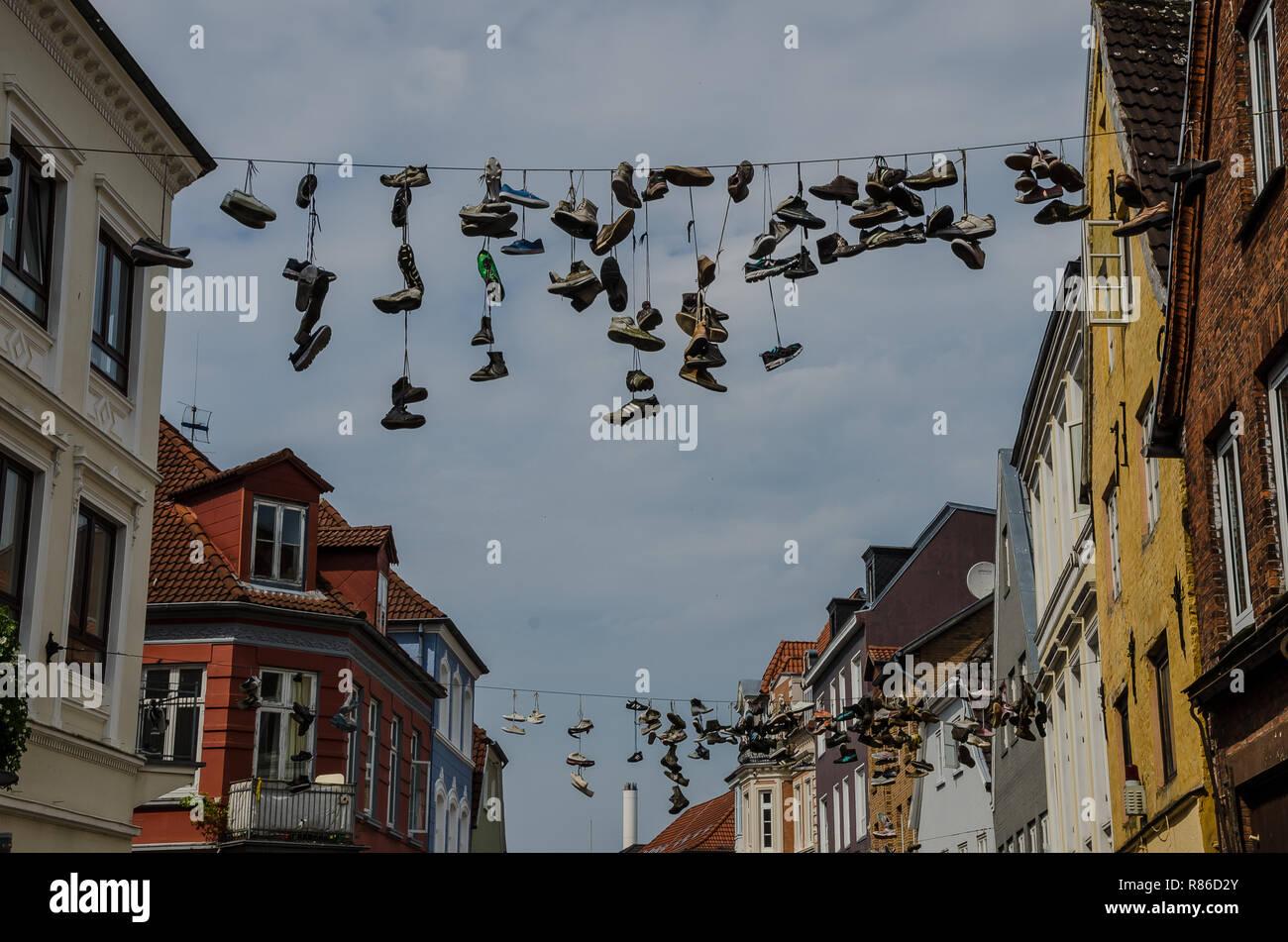 Schuhe Hängen Über Der Norderstraße Stockfotos & Schuhe