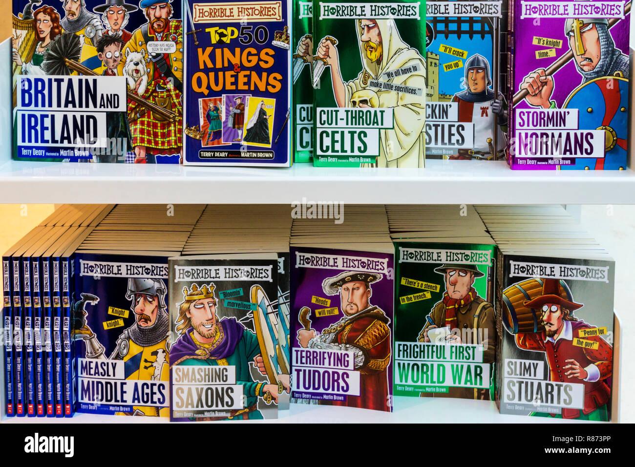 Eine Auswahl der schrecklichen Geschichten Bücher zum Verkauf, von Terry Deary & Martin Braun. Stockbild