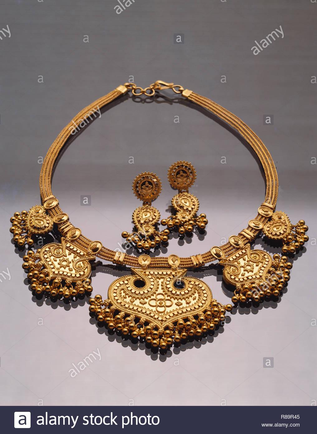 Konzept, Gold Halskette und Ohrringe Stockbild