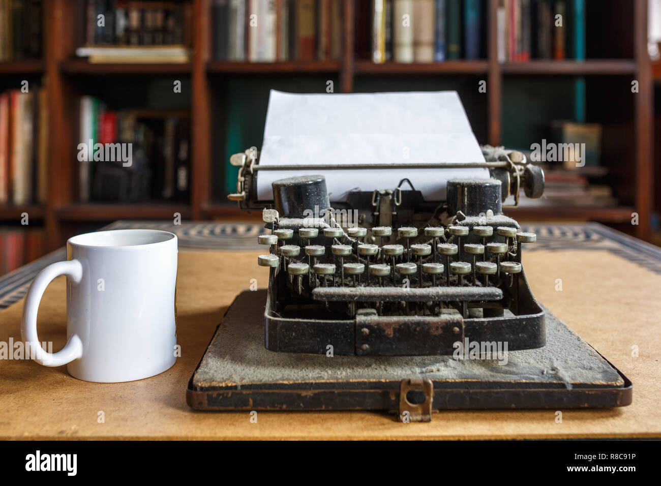 Alte vintage Staubbedeckte Schreibmaschine mit Blatt weißes Papier ...